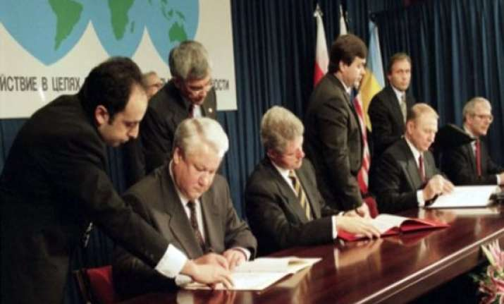 russia asked to honour budapest memorandum
