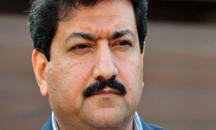 pakistan pm calls officers to discus hamid mir shooting