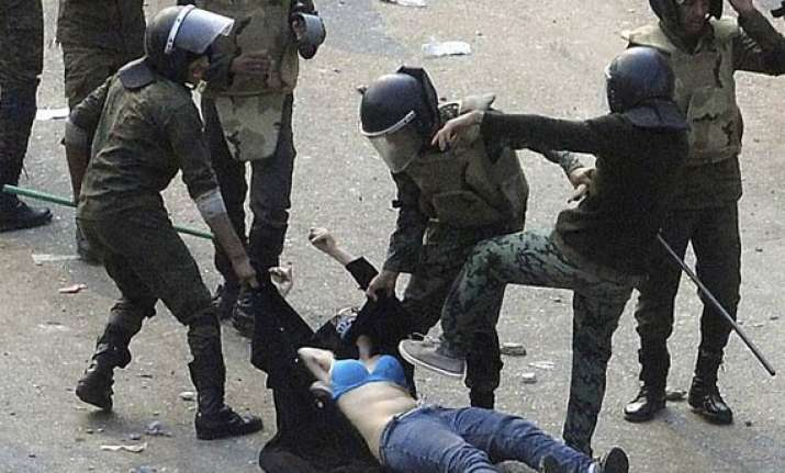 shame 10 male egyptian soldiers kick cairo woman protester