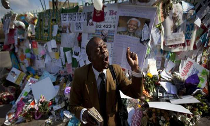 south africa mandela nears a month in hospital