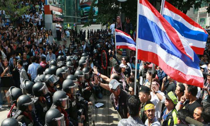thai police start to reclaim rally sites