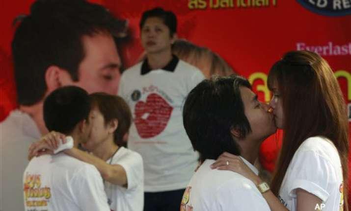 thai couples seek to break world s longest kissing record