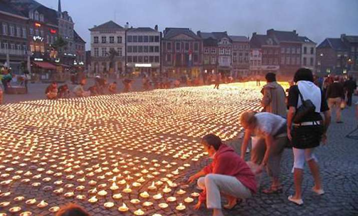 thousands help form giant candle star for charity in