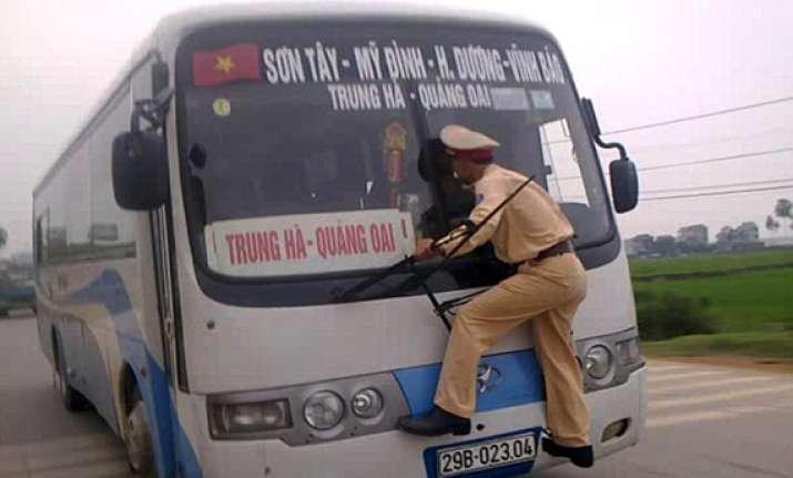 vietnamese traffic cop risks life to challan bus driver