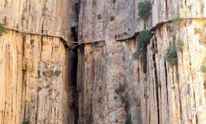 watch in pics the most dangerous pathway in the world