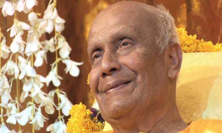 world s longest garland honours indian spiritual guru in us