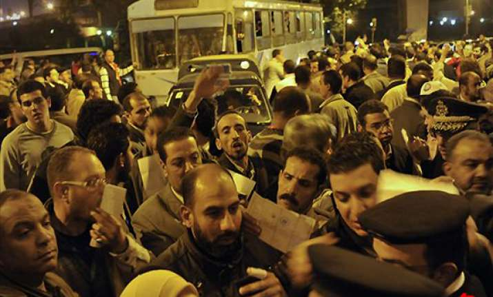80 hurt in night clashes at cairo s tahrir square