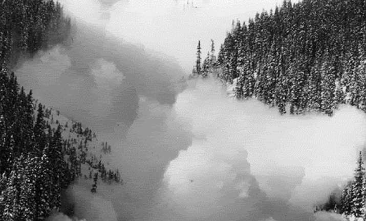 avalanche hits pak army 100 soldiers killed