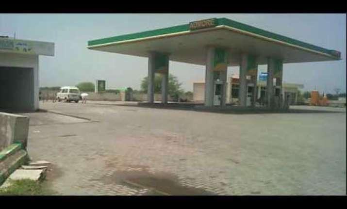 17 die in pakistan petrol station attack