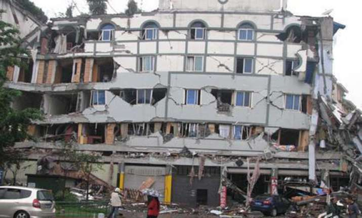 4 killed 100 injured as moderate quake jolts southwest china