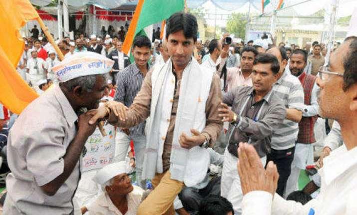 aap leader kumar vishwas several supporters injured in