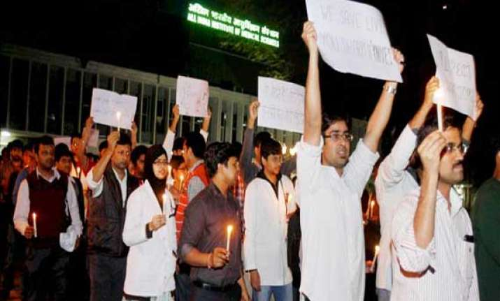 aiims resident doctors hold candle march
