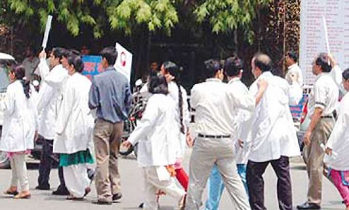 aiims safdarjung docs come out in support of hazare