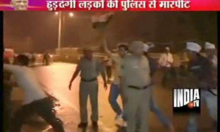 a group of people clashes with policemen at ramlila ground