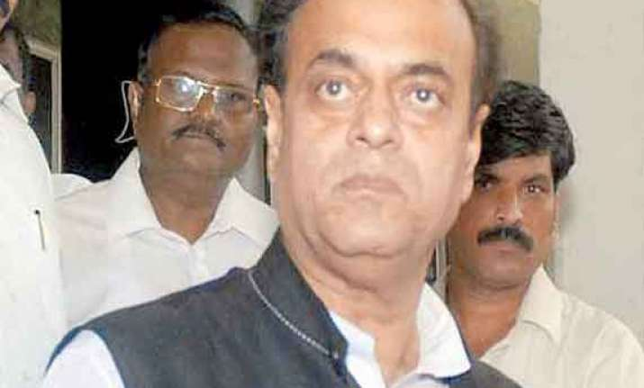 additional sp gives bouquet to sp leader abu azmi mns