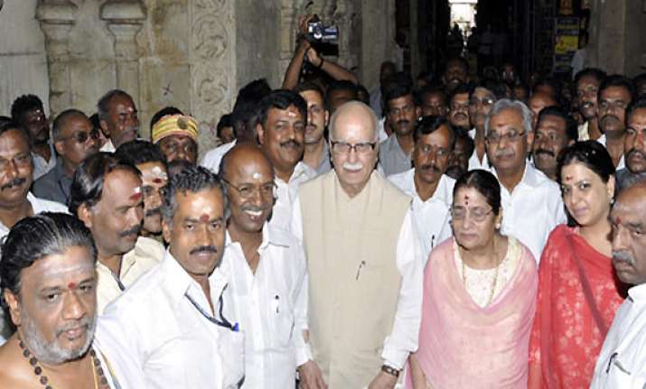 advani offers worship at madurai meenakshi temple