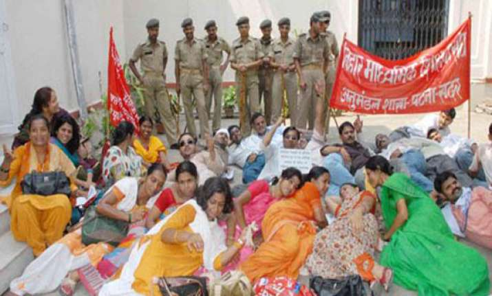 agitation by teachers turns violent in bihar