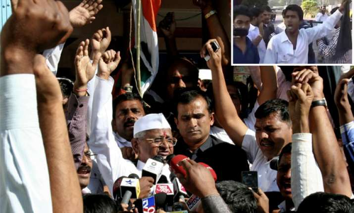 anna hazare shown black flags