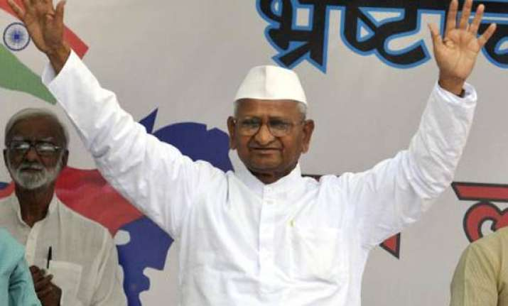 anna hazare threatens to stop water intake if forcefed