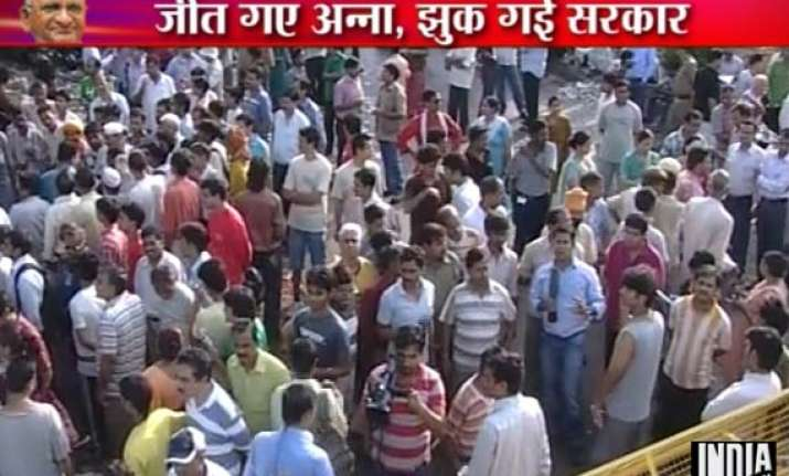 anna supporters gather outside tihar jail