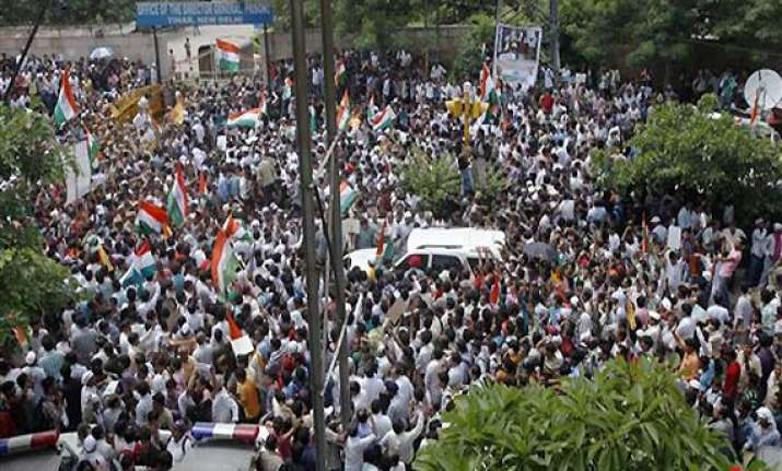 anna supporters outside tihar become victims of