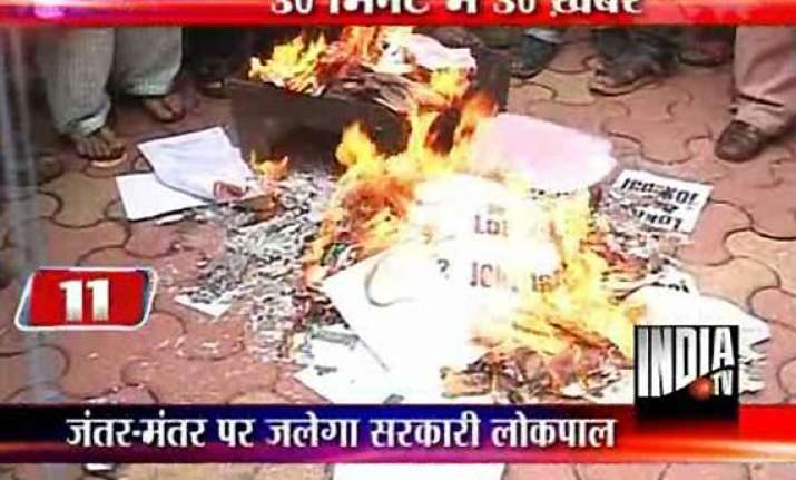 anna to fast supporters burn copies of govt s lokpal bill