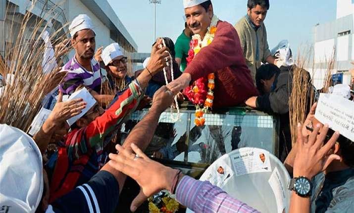 gujarat police stops kejriwal s roadshow for brief