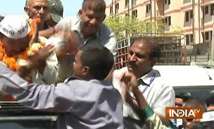kejriwal slapped by auto driver during roadshow in delhi