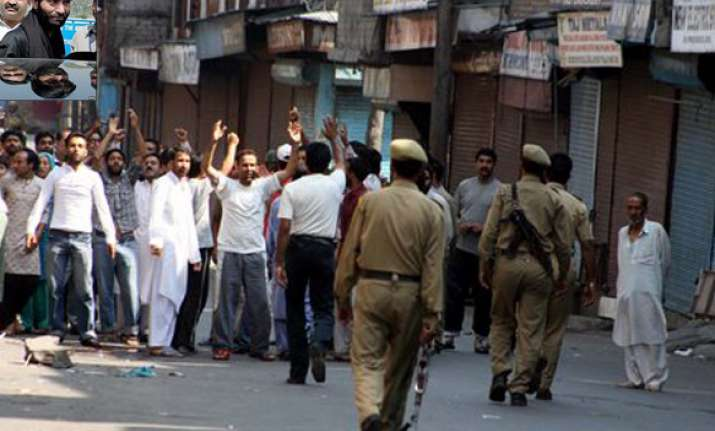 bjp activists hurl shoe at yasin malik in ajmer