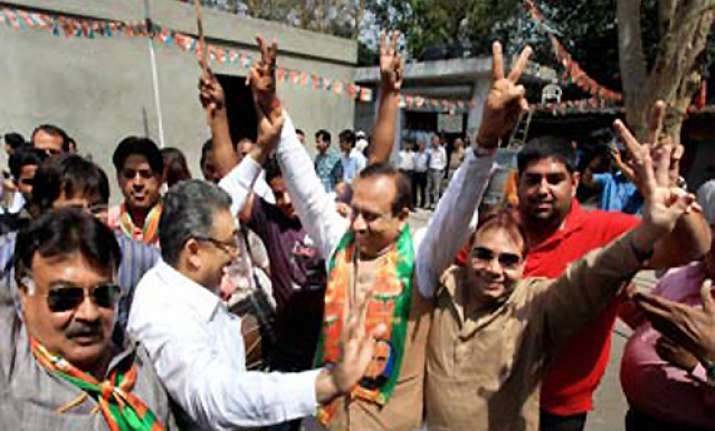bjp wooing rebel winners in south delhi