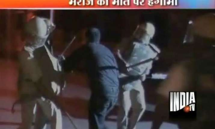 bedlam in agra hospital as police lathicharge junior docs