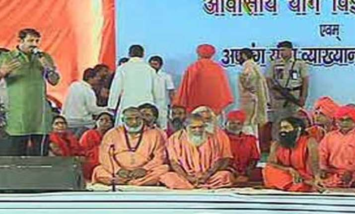 bhojpuri star manoj tiwari sings bhajans at ramdev fast site