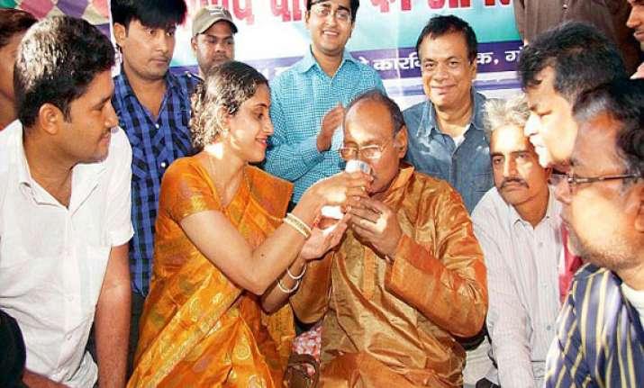 bihar love guru matuknath gifts car to julie on v day