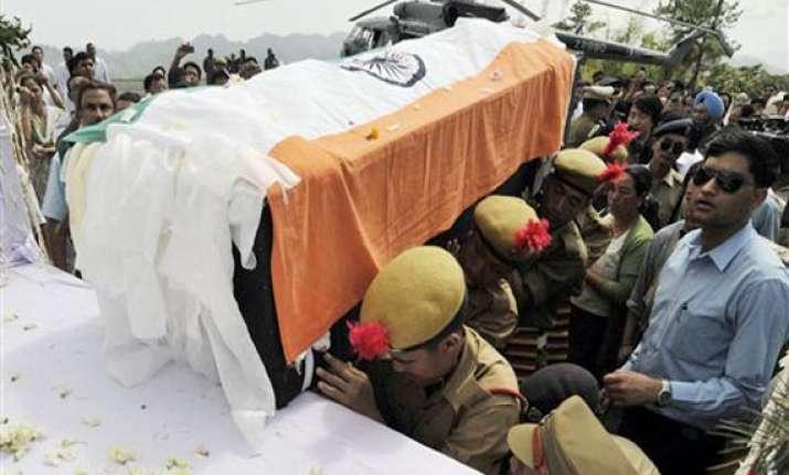 khandu s body arrives in itanagar pm sonia to pay homage