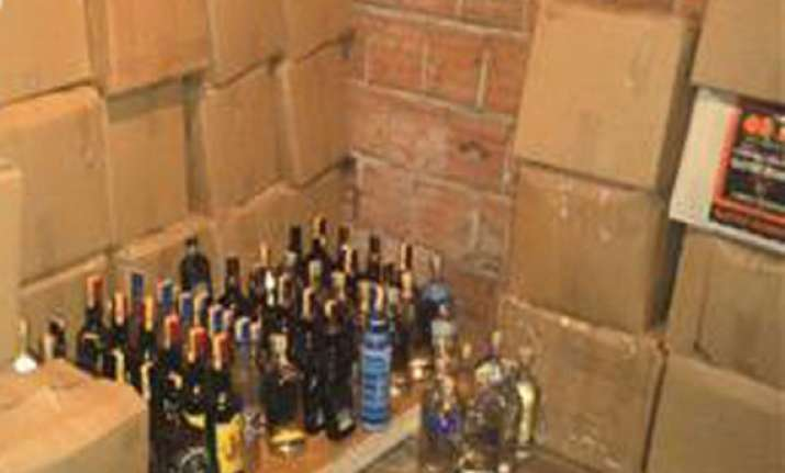 bootlegger held with 300 cartons of illicit liquor in delhi