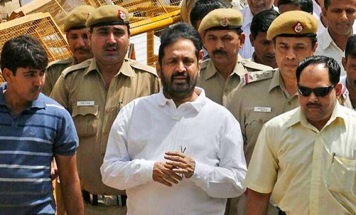 cwg scam hc issues notice to cbi on kalmadi s bail plea