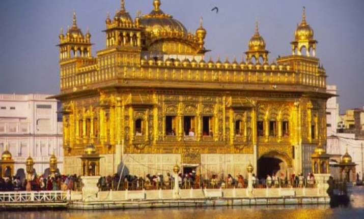 cameron offers prayers at golden temple