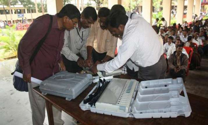cong ahead in ls by polls in karnataka