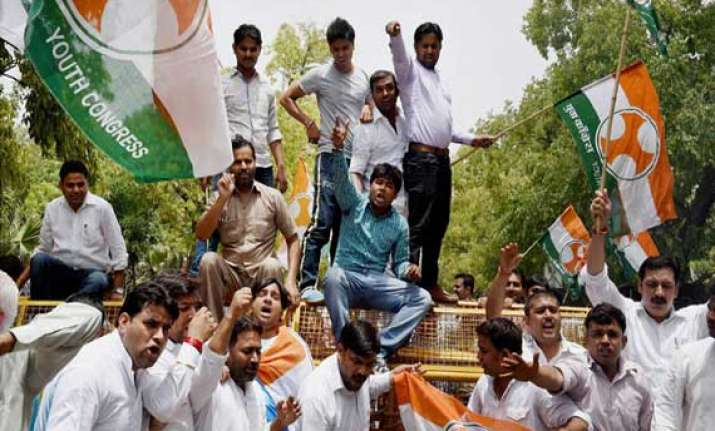congress protests fare hike at minister s delhi house