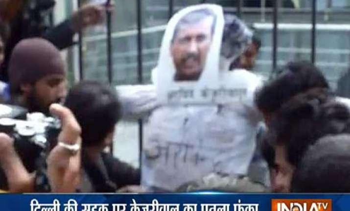 congress workers burn kejriwal s effigy during pol khol