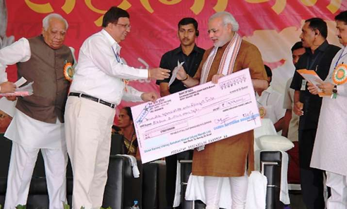 congress alleges matka king gamit shook hands with modi at