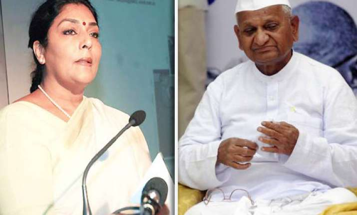 congress attacks anna hazare for justifying slapping