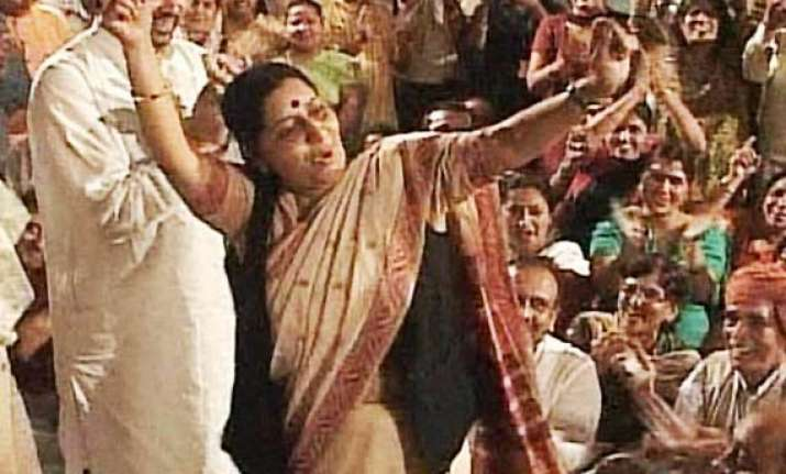 congress demands sushma s resignation for rajghat dance