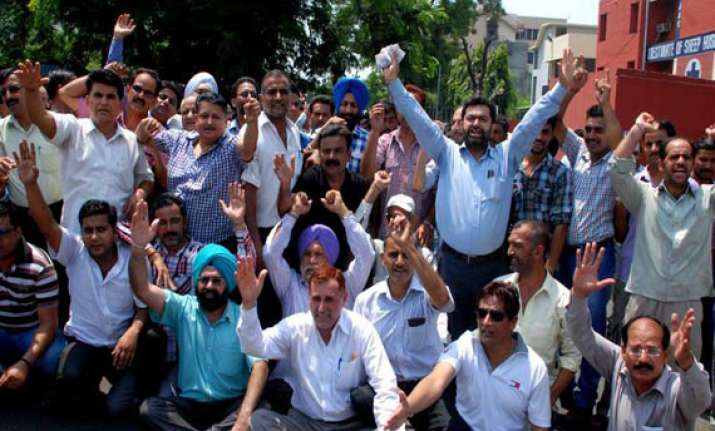 dass cadre employees protest outside kejriwal s office