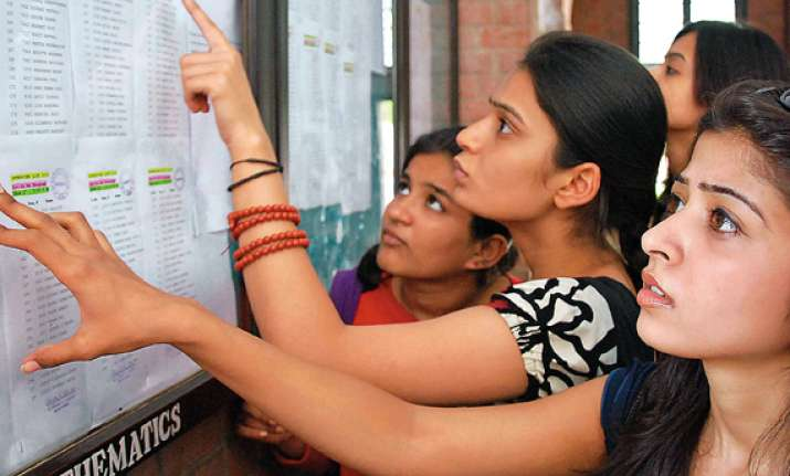 du begins admissions moderate turnout on first day