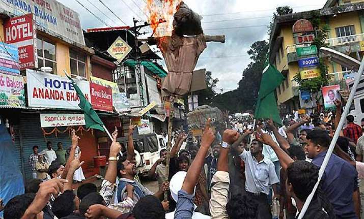 dam protesters try to enter kerala baton charged