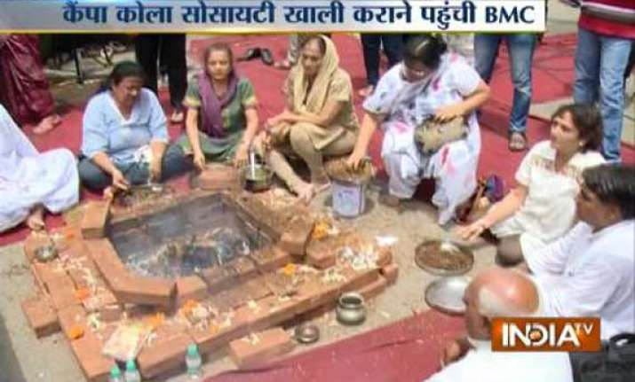 live campa cola residents force bmc officials to return