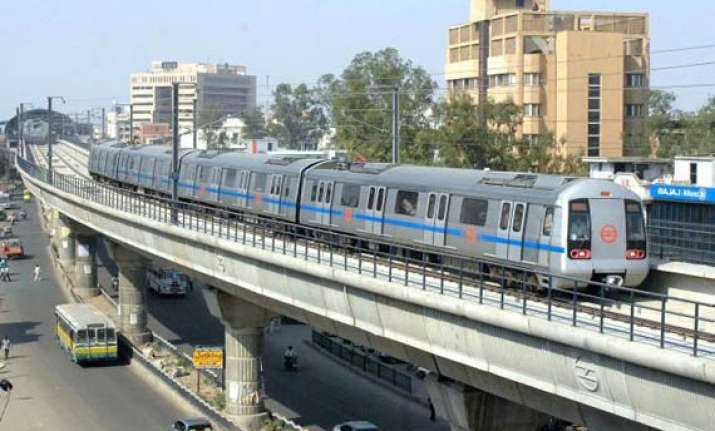 delhi metro revises minimum recharge to rs 100 using tvms