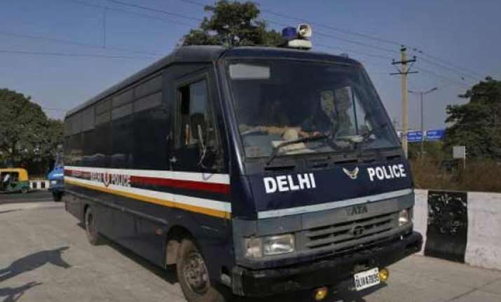 delhi police bus hits motorist in daryaganj area