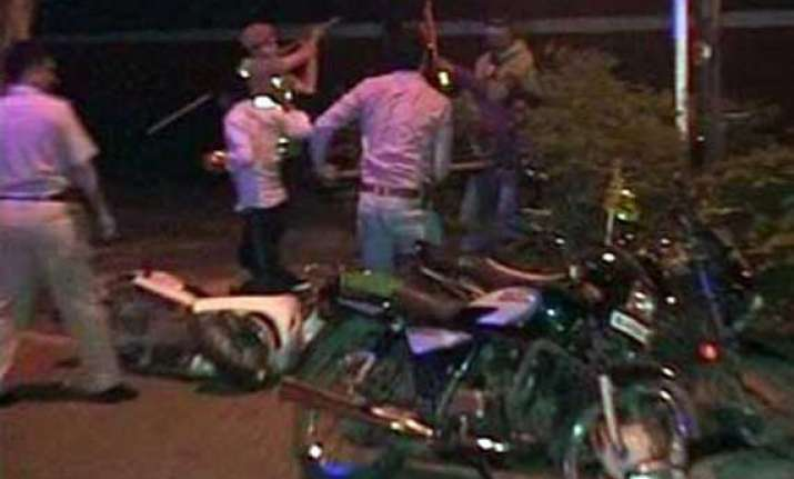 delhi police detains 400 rogue bikers for flouting traffic